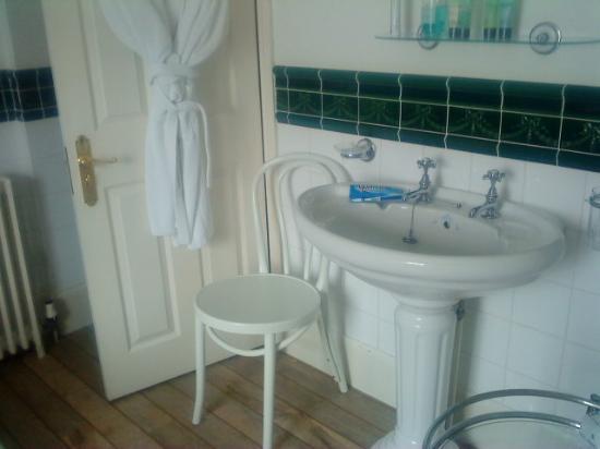 Kerrington House: Bath robe and good toiletries