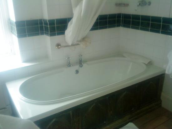 Kerrington House: nice deep bath with plenty of hot water for relaxing bath