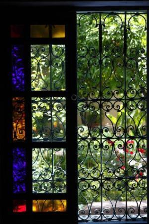 Fez Cafe at Le Jardin Des Biehn: fenêtre, vitrail et ferronnerie d'art