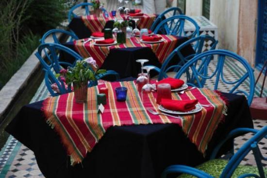 Fez Cafe at Le Jardin Des Biehn: tables au nappage coloré, le soir , sur la 2° terrasse