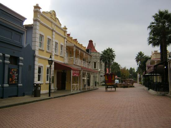 Gold Reef City Theme Park Hotel: walkway to the hotel