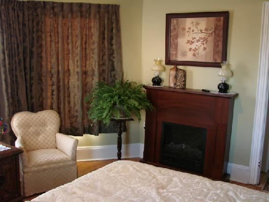 Prince County Bed & Breakfast: McKenzie Suite with king bed, private bath and sitting room