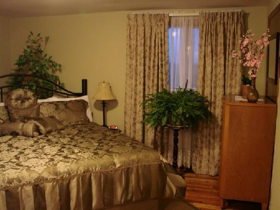 Prince County Bed & Breakfast: Martin Room with king bed and private bath.