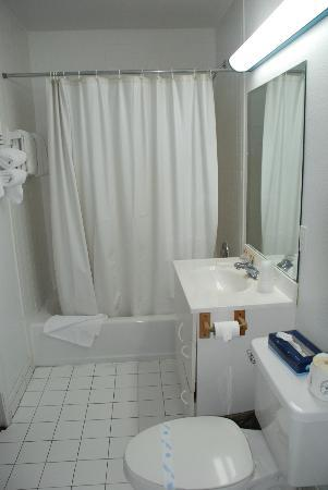 Sunset Inn - Islamorada: OK bathroom