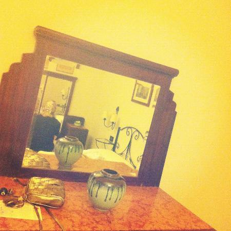 Badia Fiorentina Bed and Breakfast : Big mirror in our room