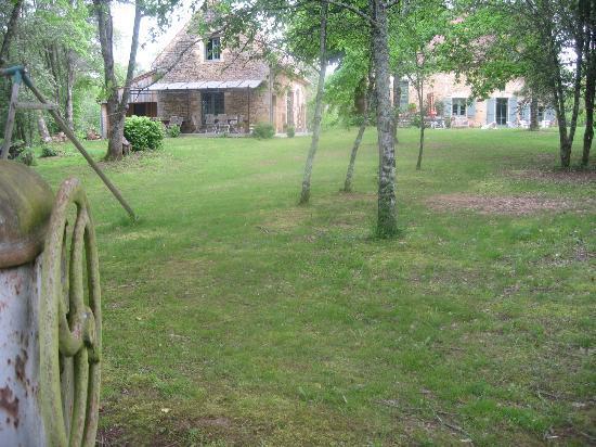 La Roche d'Esteil B&B: vue au fond du jardin