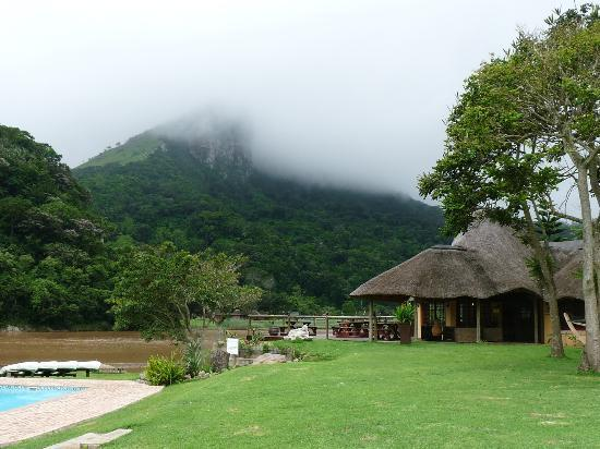 iNtaba River Lodge: Pub with fantastic view overlooking the river