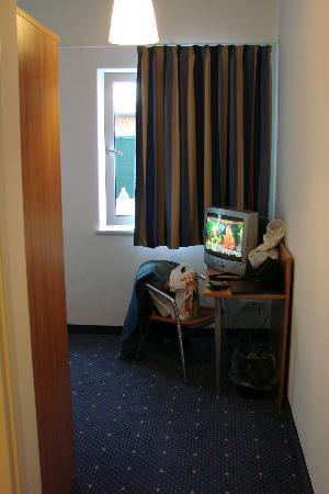Hotel Fresh Inn: TV in room
