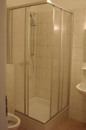Hotel Fresh Inn: Bathroom