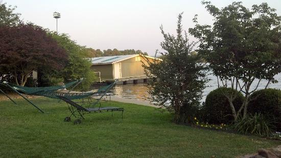 Lookout Point Lakeside Inn: hammocks