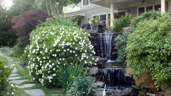 Lookout Point Lakeside Inn: The Pocahontas room is right on top of the waterfalls