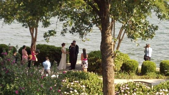 Lookout Point Lakeside Inn : We had a chance to see a small private wedding on the garden... very cute!