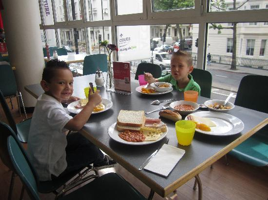 MEININGER Hotel London Hyde Park: enjoying breakfast with a nice view of the street