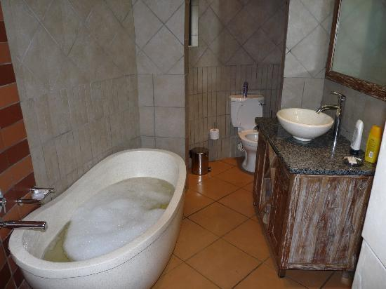 iNtaba River Lodge: Our Bathroom - Tastefully decorated