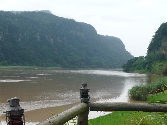 iNtaba River Lodge: Views of the river meeting the ocean