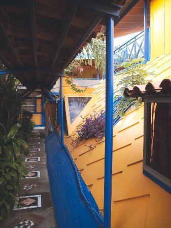 Hotel La Pyramide: walkway