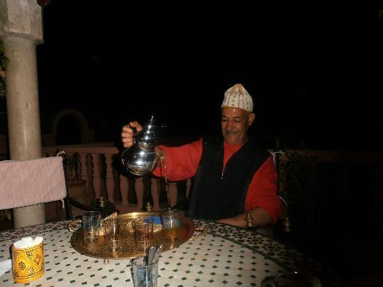Riad Habib : Abdellatif sert le thé sur la terrasse