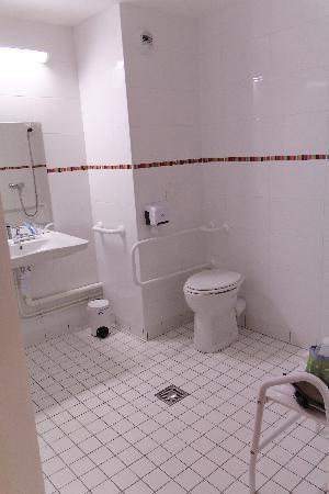 Hotel Clermont Estaing : sdb pour handicapé