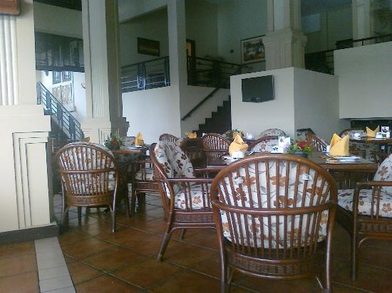 Mason Pine Hotel: Open-air restaurant near the pool