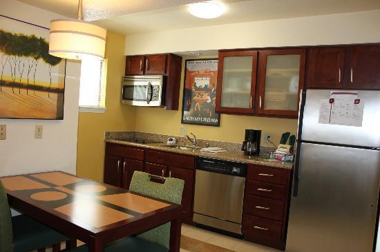 Residence Inn Oxnard River Ridge: Full kitchen