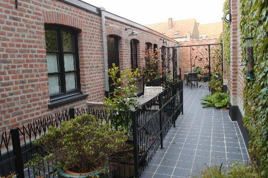Main Street Hotel: Courtyard rooms w outside seating and tables