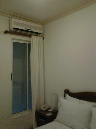 Hotel MS Castellana: Ventana que da a una pared y aire acondicionado arriba