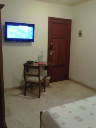 Hotel MS Castellana : La cama esta en el extremo inferior, vista de la puerta, el escritorio y el tv