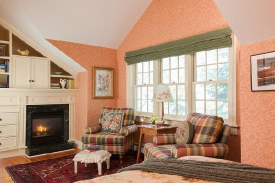 The Inn at Weston: The Tuttle guestroom of the Main Inn offers breathtaking views of the river!