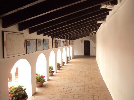 Monasterio de La Rábida: Pasillo del piso superior, al fondo la celda de Fray Antonio de Marchena.