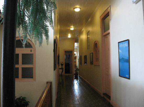 Hotel Santo Tomas: Hallway in the original section