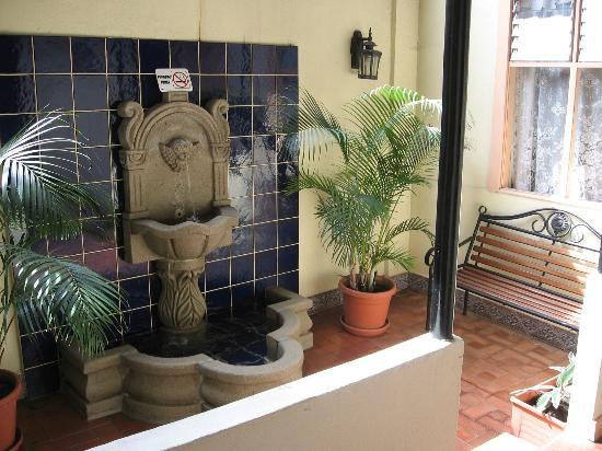 Hotel Santo Tomas: Internal patio with fountain