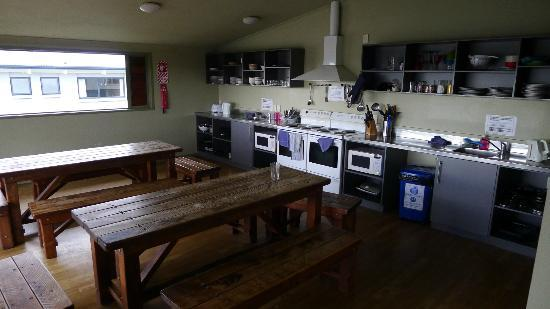 Tiki Lodge: Large kitchen area - orderly and clean