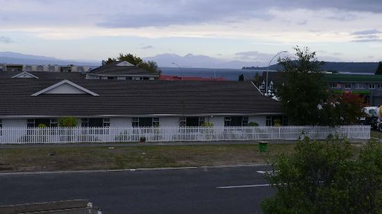 Tiki Lodge: View of Lake Taupo from the upstairs balcony, just outside the large kitchen area