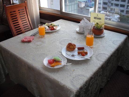 Saigon Hotel: ホテルの9階がレストランです。写真は朝食のバイキングです。