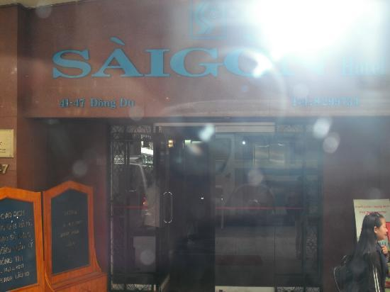 Saigon Hotel: ホテルの正面玄関。
