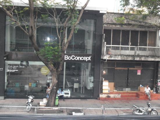 Saigon Hotel: 部屋からの眺めは、向かいの家具屋です。夜遅くまで街の騒音が聞こえます。