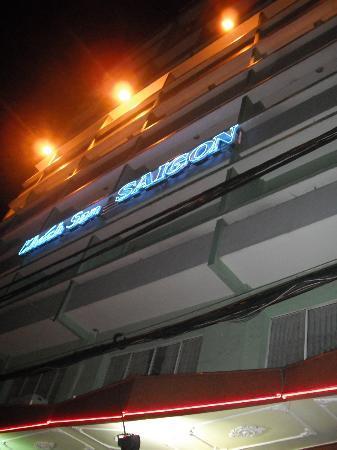 Saigon Hotel: ホテルの裏玄関。裏から出るとナナメ向に五つ星シェラトンがあります。