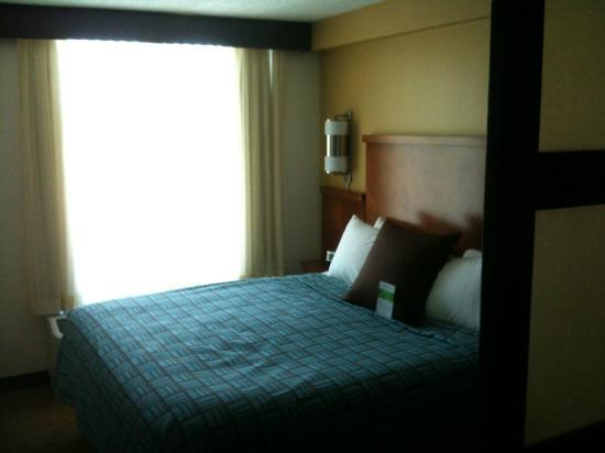 Hyatt Place Long Island East End: Comfortable bed at the Hyatt LI