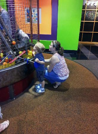 Children's Museum of Atlanta : how does that pully work Mom?