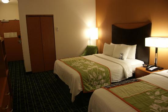 Fairfield Inn & Suites Oklahoma City NW Expressway/Warr Acres: This bed's sheets had some tears