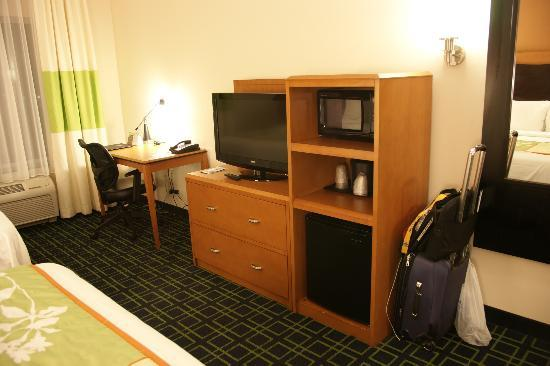 Fairfield Inn & Suites Oklahoma City NW Expressway/Warr Acres: TV/Desk/Fridge