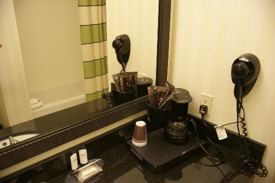 Fairfield Inn & Suites Oklahoma City NW Expressway/Warr Acres: BR amenities w/shower in mirror