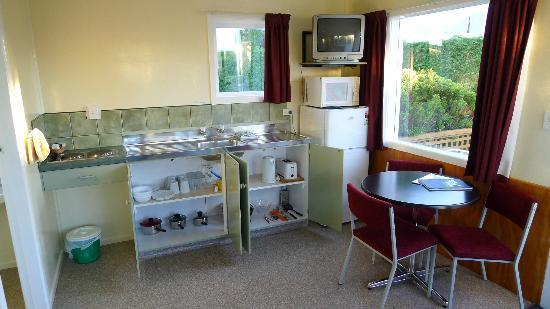 All Seasons Holiday Park Taupo: kitchen and dining area of our cabin