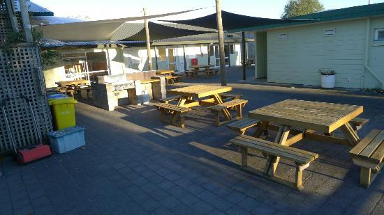 All Seasons Holiday Park Taupo: Common outdoor sitting area near communal kitchen