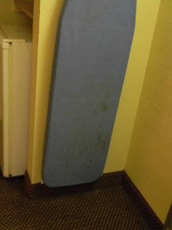 Days Inn Lawton: Stained ironing board
