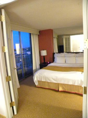 Chicago Marriott Suites Downers Grove : Bedroom Area