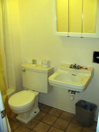 Pacific Marina Inn Airport: Bathroom
