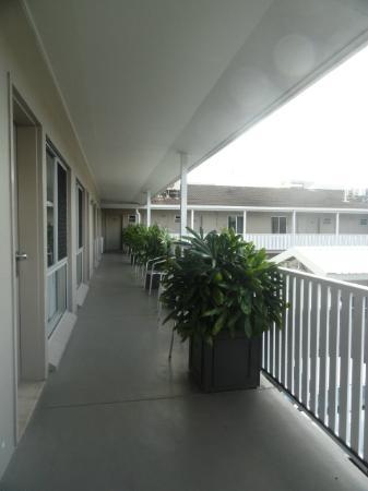 Comfort Inn Discovery Cairns: 1st floor balcony outside the room