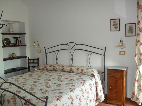"""Bed and Breakfast San Fiorenzo: Camera """"il Glicine"""""""