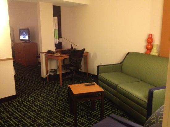Fairfield Inn & Suites Oklahoma City NW Expressway/Warr Acres: Separate sofabed and TV area